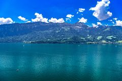 Duidelijk transparant azuurblauw Meer Thun, Thunersee, Bern, Zwitserland stock fotografie