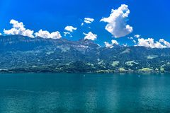Duidelijk transparant azuurblauw Meer Thun, Thunersee, Bern, Zwitserland royalty-vrije stock foto
