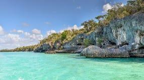 Duidelijk Tropisch Oceaanwater rond Rotsen Royalty-vrije Stock Afbeelding
