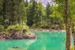 Duidelijk turkoois gekleurd water van Fusine-Meer in het Italiaans Alpen royalty-vrije stock afbeelding