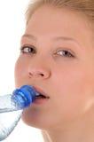 Duidelijk water drinkind stock afbeeldingen