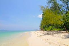 Duidelijk water en strand in de blauwe hemel royalty-vrije stock afbeeldingen