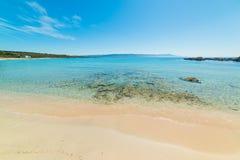 Duidelijk water en wit zand in het strand van Le Bombarde royalty-vrije stock foto's