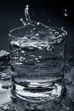 Duidelijk water in glas royalty-vrije stock foto
