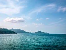 Duidelijk zeewater op overzeese zijachtergrond royalty-vrije stock fotografie