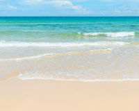 Duidelijke azuurblauwe overzees en zandig strand Royalty-vrije Stock Foto's