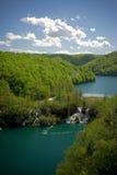 Duidelijke bergmeren met waterval in bos Stock Afbeelding