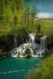 Duidelijke bergmeren met waterval in bos royalty-vrije stock afbeelding
