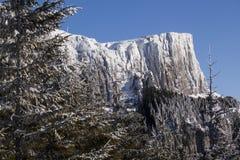 Duidelijke bergpiek Stock Foto's