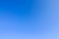 Duidelijke blauwe hemel als achtergrondbehang, het behang van de pastelkleurhemel stock fotografie