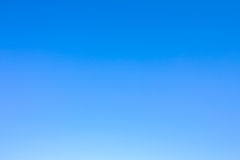 Duidelijke blauwe hemel als achtergrondbehang, het behang van de pastelkleurhemel royalty-vrije stock foto