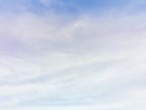 Duidelijke blauwe hemel in de ochtend met bewolkt als achtergrondwallpa stock afbeelding