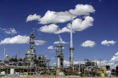 Duidelijke blauwe hemel en een Olieraffinaderij Stock Afbeelding