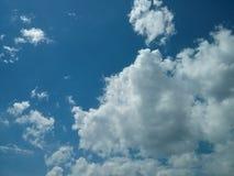 Duidelijke blauwe hemel en wolkenmening Royalty-vrije Stock Afbeelding