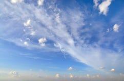 Duidelijke blauwe hemel met witte wolk (Behang, achtergrond, kunstwerk, abstract ontwerp) Stock Foto