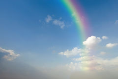 Duidelijke blauwe hemel met witte wolk en regenboog Stock Afbeelding