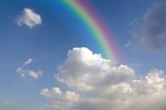 Duidelijke blauwe hemel met witte wolk met regenboog Stock Foto