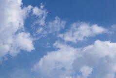 Duidelijke blauwe hemel met wolk stock afbeelding