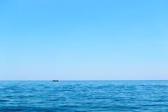 Duidelijke blauwe hemel over oceaan Royalty-vrije Stock Foto's
