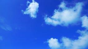 Duidelijke blauwe hemelachtergrond Stock Foto's