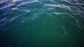 Duidelijke blauwe overzees, de abstracte achtergrond van het waterzeegezicht voorraad Zeewater op een Zonnige dagachtergrond stock video