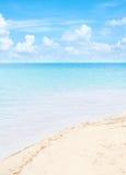 Duidelijke blauwe overzees met mooie hemel Stock Afbeeldingen
