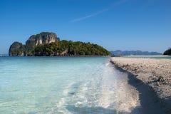 Duidelijke blauwe overzees, strand en eilanden Royalty-vrije Stock Afbeeldingen