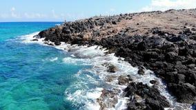 Duidelijke blauwe overzeese golvenneerstorting op rotsachtig steenstrand, Kreta stock video