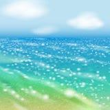 Duidelijke dag bij kust en shinin overzees Royalty-vrije Stock Foto