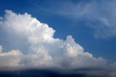 Duidelijke dag met witte bewolkt Royalty-vrije Stock Afbeeldingen