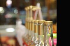 Duidelijke die flessen in een koffiewinkel worden geplaatst Stock Foto's