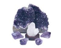 Duidelijke die kwartscluster door violetkleurige de purpere violetkleurige punten van de drusegeode wordt omringd en Stock Afbeeldingen