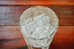 Duidelijke glaskom met ijsblokjes Stock Afbeelding
