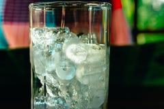 Duidelijke glaskom met ijsblokjes Stock Foto's