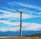 Duidelijke hemel en enorme windmolens stock foto's