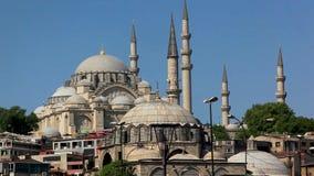 Duidelijke hemel en Islamitische moskee in de stad van Istanboel stock footage
