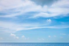 Duidelijke Hemel met cloudscape en oceaan Royalty-vrije Stock Fotografie