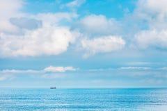 Duidelijke Hemel met cloudscape en oceaan, Hong Kong Royalty-vrije Stock Foto's