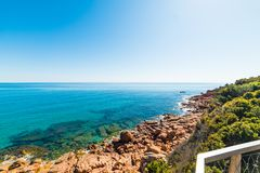 Duidelijke hemel over Su Sirboni kustlijn stock foto