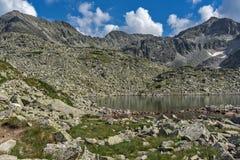 Duidelijke hemel over van Musala de piek en van Musalenski meren, Rila-berg Stock Foto