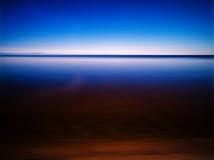 Duidelijke ochtend bij de vlotte abstractie van het bergmeer Royalty-vrije Stock Foto's