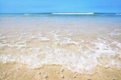 Duidelijke overzees en mooi strand Stock Foto