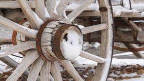 Duidelijke Panorama Dichte omhooggaand van de roestige wielen van een doorstane houten die wagen in de winter wordt bekeken royalty-vrije stock afbeeldingen