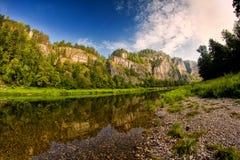 Duidelijke rotsachtige bergrivier Stock Foto's