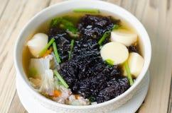 Duidelijke soep met zeewier en fijngehakt varkensvlees royalty-vrije stock afbeelding