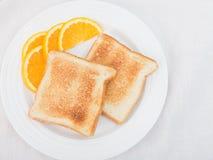 Duidelijke toas tgarnished met oranje plakken Stock Foto's
