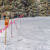 Duidelijke Vierkante Barricade met een Gesloten teken dat op een zonnige de winterdag wordt bekeken in Parkstad Utah royalty-vrije stock afbeelding