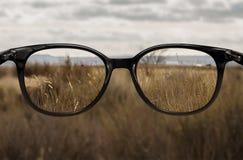 Duidelijke visie door glazen Stock Foto's