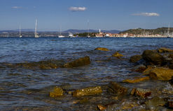 Duidelijke water mooie mening van het overzees en de stad van Isola Stock Foto