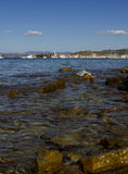 Duidelijke water mooie mening van het overzees en de stad van Isola Stock Afbeeldingen